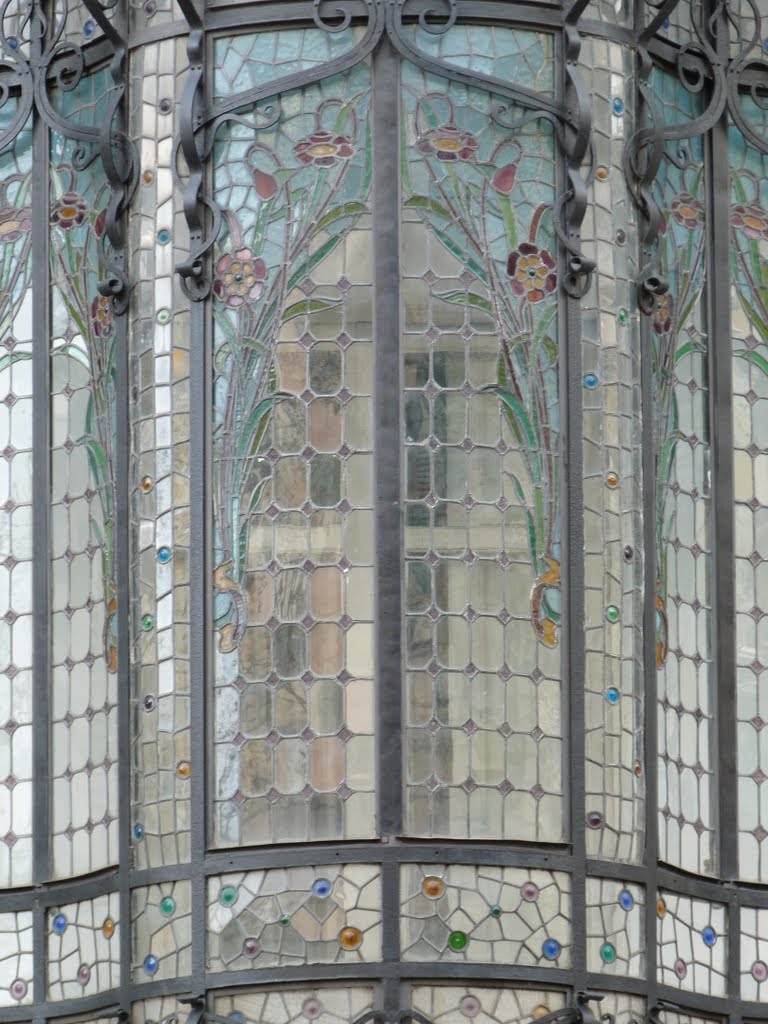 Passeig de Gracia, stained glass bay window
